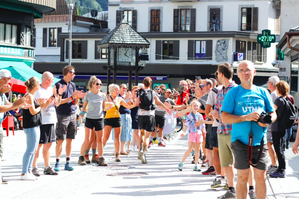 coureur et spectateurs Ultra-Trail du Mont-Blanc